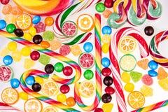 Kolorowi lizaki i różni cukierki obraz royalty free