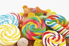 Kolorowi lizaki i różny barwiony cukierek zdjęcia royalty free