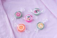 Kolorowi lizaki i różny barwiony owocowy round cukierek w wr zdjęcia royalty free