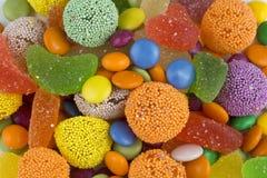 Kolorowi lizaki i różny barwiony round cukierek fotografia royalty free