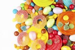 Kolorowi lizaki i różny barwiony round cukierek zdjęcia stock