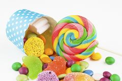 Kolorowi lizaki i różny barwiony round cukierek obrazy stock