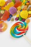 Kolorowi lizaki i różny barwiony round cukierek obraz royalty free