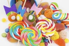 Kolorowi lizaki i różny barwiony round cukierek zdjęcie royalty free