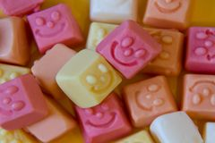 Kolorowi lizaki i różny barwiony round cukierek Odgórny widok fotografia stock