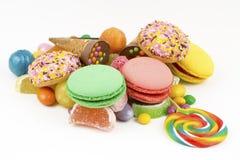 Kolorowi lizaki i r??ny barwiony round cukierek Odg?rny widok zdjęcia stock