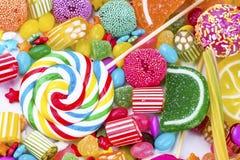 Kolorowi lizaki i r??ny barwiony round cukierek Odg?rny widok fotografia royalty free