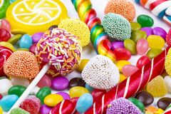 Kolorowi lizaki i r??ny barwiony round cukierek Odg?rny widok fotografia stock
