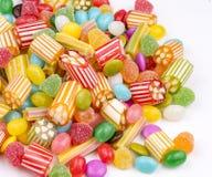 Kolorowi lizaki i r??ny barwiony round cukierek Odg?rny widok obrazy royalty free