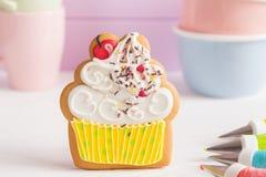 Kolorowi lodowaceń ciastka w babeczka kształcie zdjęcie royalty free