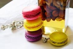 Kolorowi macaroons i słój miód i dokrętki Zdjęcie Royalty Free