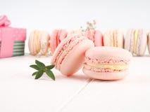 Kolorowi macaroons, Kolorowy francuski deser, tradycyjni francuscy kolorowi macarons w rzędy w pudełku Obraz Royalty Free