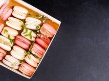 Kolorowi macaroons, Kolorowy francuski deser, tradycyjni francuscy kolorowi macarons w rzędy w pudełku Obraz Stock