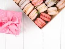 Kolorowi macaroons, Kolorowy francuski deser, tradycyjni francuscy kolorowi macarons w rzędy w pudełku Zdjęcie Royalty Free