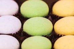 Kolorowi macaroons na białym tle obrazy stock