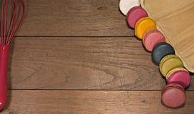 Kolorowi macaroons na drewnianym stole Obrazy Royalty Free