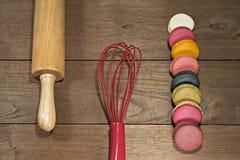 Kolorowi macaroons na drewnianym stole Zdjęcie Stock
