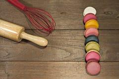 Kolorowi macaroons na drewnianym stole Obraz Stock