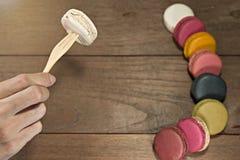 Kolorowi macaroons na drewnianym stole Zdjęcia Stock