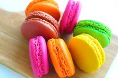 Kolorowi macaroons na tnącej desce Obrazy Royalty Free