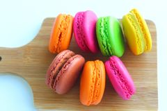 Kolorowi macaroons na tnącej desce Fotografia Royalty Free
