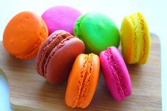 Kolorowi macaroons na tnącej desce Zdjęcie Royalty Free