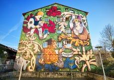 Kolorowi Malujący domy malowidło ścienne marszruta na Marzec 6, 2015 w Vitoria, Hiszpania zdjęcia royalty free