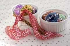 Kolorowi malujący Wielkanocni jajka w białych pucharach na kropkowanym tablecloth, tradycyjny piękny wielkanocy życie wciąż zdjęcie stock
