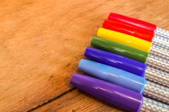 Kolorowi markierów pióra w tęcza rozkazie na Drewnianym stole Zdjęcie Royalty Free