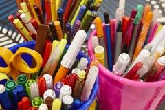 Kolorowi markiery z kolorów nożycami i ołówkami Szkolny materia Zdjęcie Royalty Free