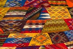 Kolorowi materialni Marokańscy dywaniki w typowych wzorach i kolorach obrazy stock