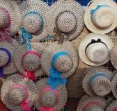 Kolorowi muticolored kapelusze dla sprzedaży przy ulicznym spacerem na lecie obrazy royalty free