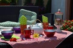 Kolorowi naczynia w ogródzie Zdjęcie Royalty Free