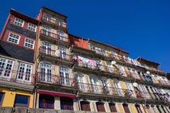 Kolorowi nadrzeczni budynki w Porto Fotografia Stock