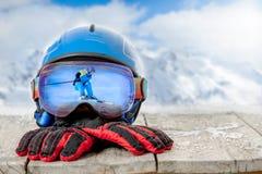 Kolorowi narciarscy szkła i zim rękawiczki, zima sporta pojęcie zdjęcia royalty free