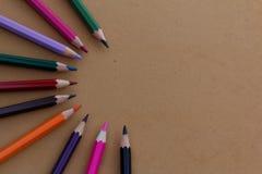 Kolorowi ołówki układający w przyrodnim kurenda wzorze fotografia stock