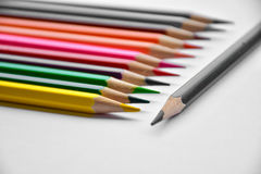 Kolorowi ołówki w szkle na białym tle Zdjęcie Stock