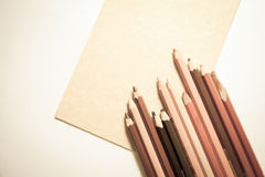 Kolorowi ołówki z papierowymi prześcieradłami obraz royalty free