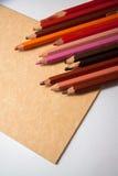 Kolorowi ołówki z papierowymi prześcieradłami obraz stock