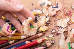 Kolorowi ołówkowi golenia w ręce Zdjęcie Stock
