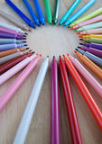 Kolorowi ołówki na bambus desce Zdjęcie Royalty Free