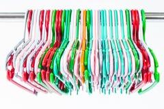 Kolorowi odzieżowi wieszaki odizolowywający na bielu Fotografia Stock
