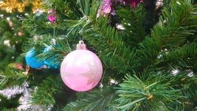 Kolorowi ornamenty dekorują na choince witać sezonu wideo tło zbiory wideo