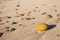 Kolorowi otoczaki na piasku Round kamienie na pla?y Pokojowy poj?cie Natura szczeg??y zdjęcia royalty free