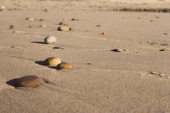 Kolorowi otoczaki na piasku Round kamienie na pla?y Pokojowy poj?cie Natura szczeg??y obrazy stock