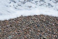 Kolorowi otoczaki na plaży Zdjęcia Royalty Free