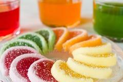 Kolorowi owocowej galarety cukierki układali w okręgu na drewnianym stole Fotografia Stock