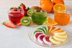 Kolorowi owocowej galarety cukierki układali w okręgu na drewnianym stole Zdjęcia Stock