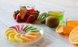 Kolorowi owocowej galarety cukierki układali w okręgu na drewnianym stole zdjęcie stock