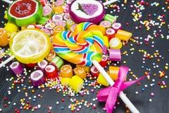 Kolorowi owocowi cukierki i lizaki zdjęcia stock